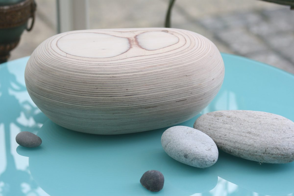 Pebble-shaped urns for ashes